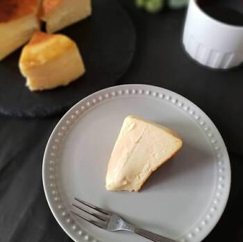 スペイン・バスク地方の本場では、お酒と一緒に食べるためにケーキに塩をかけることもあるんだとか。そう考えると、チーズケーキ+塩の組み合わせにも納得。  冷凍で届くので、10分ほど常温に置いて食べるのがおすすめです。ふわとろの溶け感を堪能できますよ。