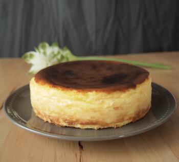 """人気のバスクチーズケーキの塩味バージョンは、甘さの中にコクと旨みが際立つリッチな味わい。レシピ開発する際に、""""ミネラル感や旨味を感じる塩、コクを深めるための塩""""にこだわり、しつこくなく、さっぱり食べられると評判です。"""