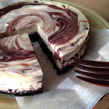 オレオを混ぜ込まずにケーキの土台に。レモン汁を入れた生地とココアパウダーを入れた生地を、くるくるとマーブル状にして作ります。