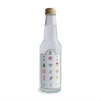 """暑い季節にシュワっと爽やかなサイダーを飲みたくなりませんか?そんなときにぴったりなのが、伊勢神宮そばのゑびや商店で人気の「真珠塩サイダー」。伊勢の海水と真珠を炊いて作る""""真珠塩""""を使っていて、甘さ控えめなのが特徴。レトロな瓶も、見ているだけで涼しげですね。"""