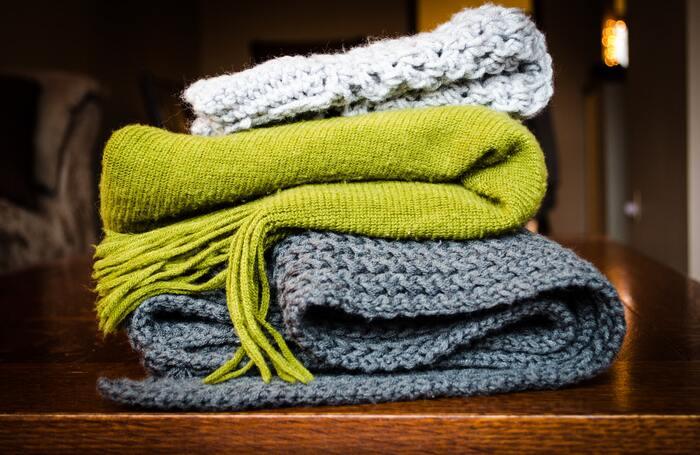 フロアワイパーのシート代わりに使います。 サイズは、手持ちのフロアワイパーに合わせてカットしてセッティング。静電気によってぐいぐい埃を絡め取ってくれます。ニットは、編み目の細かいものがおすすめです。