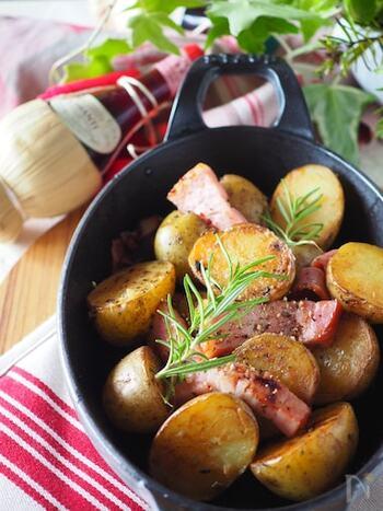 ジャガイモメニューの定番、ジャーマンポテトも、レンジを使えば時短調理できます。 急いで1品作りたいときに、レンジでのジャガイモの過熱方法を覚えておくと便利ですね。
