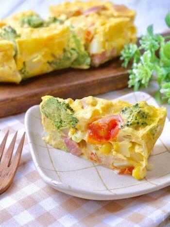 フライパンで作ろうとすると、結構形作りが難しいスパニッシュオムレツ。レンジで耐熱容器を使えば簡単で、きれいに高さも出せます。 野菜たっぷりカラフルな見た目で、食卓が華やかになりますね。