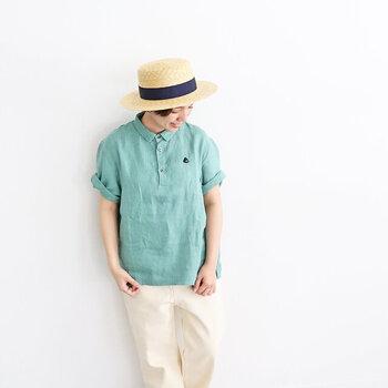 リネン素材を採用した、やわらかな風合いのポロシャツ。麻の独特な素材感で、メンズライクになりがちなポロシャツを女性らしく着こなせます。明るめのスモークグリーンは、白ボトムスとの相性も抜群。爽やかな夏コーデにぴったりなグリーントップスです。