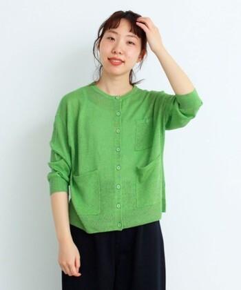 明るいグリーンのカーディガンは、前面にあしらった大きめのポケットが特徴。リネン100%素材で通気性も良く、長すぎない袖丈で日差し対策や冷房対策にもぴったりな一枚です。前を閉めてトップス感覚で着ても、カーディガンとして羽織ってもサマになるアイテムですね。
