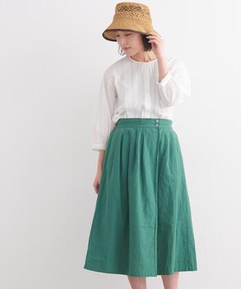 ワッシャー加工が施された、洗いっぱなしのような風合いが魅力的なグリーンのラップスカート。ブラウスと合わせれば、大人ガーリーな着こなしが気軽に楽しめます。もちろんTシャツを合わせてカジュアルに着こなしても◎
