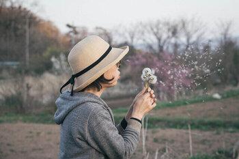 明治30年に創業した岡山の老舗帽子メーカー「石田製帽」は、国産かつ手づくりにこだわり続けている、日本でも数少ないメーカーのひとつ。ラフィアを細かく編み込み作ったハットは、シンプルながらも職人の手で頭にフィットする被り心地を実現しています。