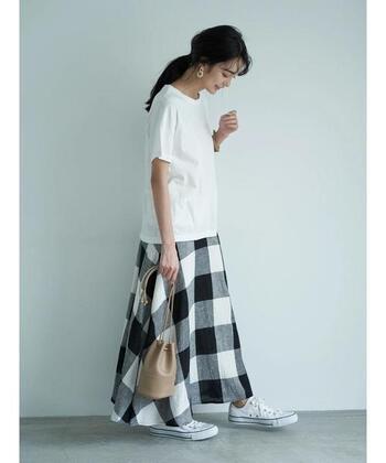シンプルでいてオシャレ度が高いのが白黒のギンガムチェック。白のTシャツやスニーカーに合わせられるのはもちろん、原色と合わせてもキマリます!
