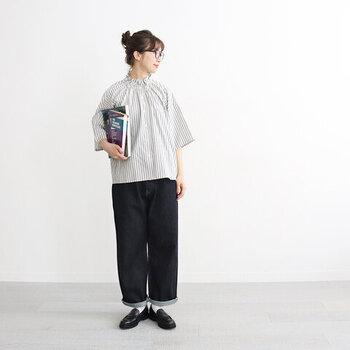 フリルカラーのストライプブラウスに、デニムのワイドパンツを合わせたコーディネートです。きちんと感のあるトップスにあえてデニムを合わせて、上手にカジュアルな要素をミックスしています。足元は白靴下×ローファーで、ブラウスに寄せたきちんと感のある着こなしに。