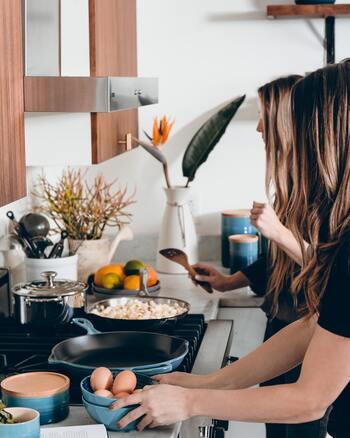 キッチンの場所はおうちの中のどの方角にありますか。例えば、西日があたる場所にあるキッチンは夏場とても暑いですよね。ただでさえ気温が上がっているのに、料理をするには火を使分ければいけません。汗を流しながら調理をしているひとも多いのでは。今回は、火を使わずあっという間に完成して、夏にぴったりの副菜「白和えサラダ」のレシピを20紹介します。