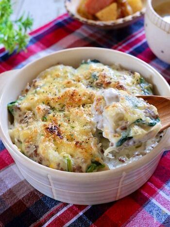 野菜もしっかりと摂りたいときにおすすめのレシピ。 ほうれん草のほかにも、キノコを入れても美味しそうですね。  炒めた具材に小麦粉をまぶして、牛乳を加えればホワイトソースは完成!とっても簡単に作れるそう。