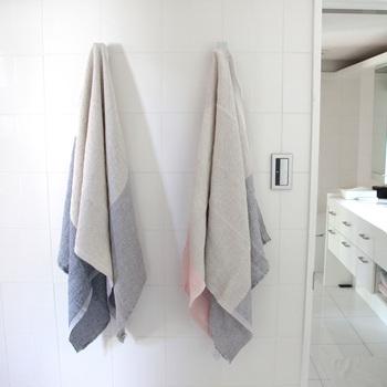 ウォッシュドリネンにテンセルやコットンを加え、さらっとした肌触りで、抜群の吸水性を誇るバスタオル。 それでいて速乾性が高いので、汗ばむ夏場に重宝するタオルです。