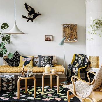 スウェーデンの伝統的な花模様や、愛らしい鳥のイラストなど、レトロさやフォークロアな雰囲気が夏にぴったり。 クッションカバーやブランケットなど、ソファ周りのインテリアを一通り揃えたくなりますね。