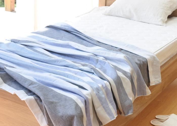タオルケットとは、タオル地を寝具として使えるようにしたもののこと。  そもそも、タオルケットという言葉は、「タオル」+「ブランケット(英語で毛布のこと)」を掛け合わせた日本独自の和製英語からなりたっています。