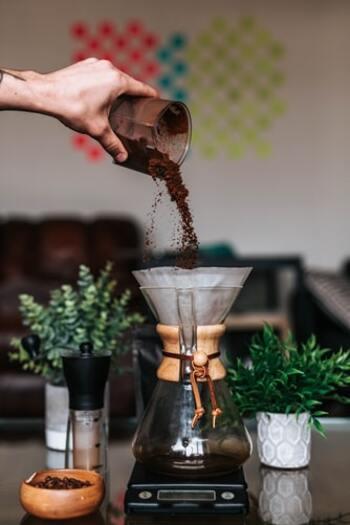 作業や仕事の合間にほっと一息つけるティータイム。 ドリンクにこだわれば、作業の効率も変わり、1日の充実度もアップします。  コーヒーであれば、豆の選び方・挽き方などこだわるほどに自分好みに進化していきます。好きな飲み物について、知識を深めてみてはいかがでしょうか。