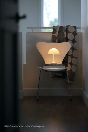 お部屋の雰囲気作りに、ちょうどよいミニサイスのパンテラ。 シェードからベースまで全身で光を反射するので、小さくても明るい。 ポップなカラーがたくさんあるので、夏らしい色も欲しくなりますね。 使いたい場所に持ち運びやすく、3段階の調光が可能です。