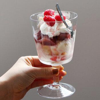 PUEBCO(プエブコ)のワイングラスは、smallとlargeの2種類あります。美しいデザインなので、アイスやフルーツでパフェを作ったり、サングリアを入れても楽しめます。
