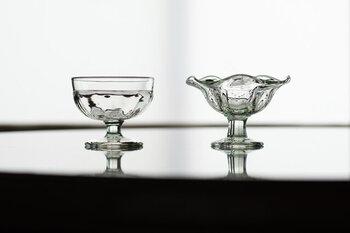 吹きガラス工房 橙さんの、くるみガラスを使ったデザートカップ。印象の違う2種類のタイプがあります。この器にデザートを盛っているところを想像しただけで、顔がにやけてしまいそう。
