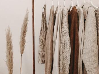 直接肌に触れる洋服。トレンドを取り入れたデザインは、気分も上がり楽しいですが、着心地も大切。 オーガニックコットンや綿、ウールなど、季節ごとに自分が心地いいと感じる素材で選び、スタイリングしてみてはいかがでしょうか。