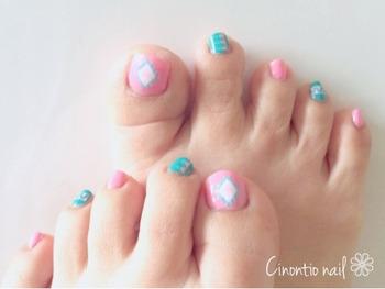 足の小指が小さくちょうどいいサイズのシールがないことも。無理に貼ってしまってもすぐに剥がれてしまうため、親指にはネイルシールを貼り、小指にはネイルポリッシュを塗るなど、組み合わせを楽しんでみて。