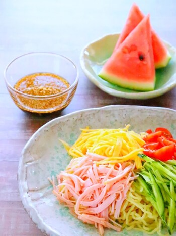 夏に食べる冷やし中華って、何故こんなに美味しいのでしょう。おうちにある調味料で、本格的な中華ダレが作れちゃいます。冷やし中華は、キンキンに冷やしすぎると塩味・苦味が際立ち、甘味・旨味は弱くなります。麺をゆでたら、流水でぬめりを取るためにさっと冷やす程度にとどめましょう。美味しく食べるには、具材の切り方も重要です。キュウリは縦切りにして、千切りにするとシャキシャキした食感を楽しめます。肉類は繊維を断ち切る方向で切って、柔らかさを出すのがオススメです。