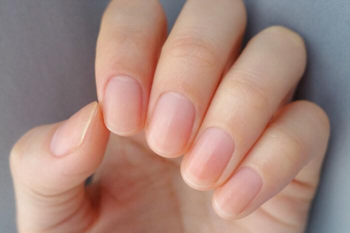 ネイルシールが貼りやすいように、下準備はしっかりと。表面をファイル(やすり)で磨いてなめらかに整えます。また、爪の表面に油分が付着していると、ネイルシールは剥がれやすくなってしまうためエタノールなどで拭き取っておきましょう。