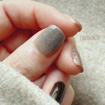 ネイルシールは根元から貼っていきましょう。中に空気を入れないようにするのがコツ。なでるように指で軽く押さえるように貼っていきます。