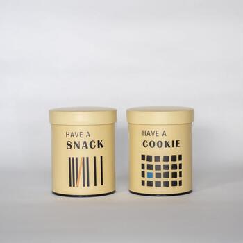 千駄木にある食のセレクトショップ「GOOD NEIGHBOR's FINE FOODS」と就労支援センター「まる福」のコラボで生まれたオリジナルクッキーです。高さ10センチほどの缶は、そのままカウンターに置いておいてもサマになるおしゃれなデザイン。