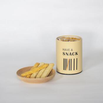 「HAVE A SNACK」は、チーズクッキーやローズマリーなどのスティッククッキーの詰め合わせ。缶を開けたら、そのままつまめるのが良いですね。