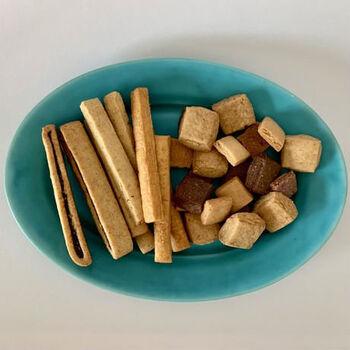 国産小麦やアルミフリーのベーキングパウダーを使うなど、素材にもこだわっていて小さなお子さんから年配の方まで安心して食べられるのもうれしいですね。甘いクッキー缶「HAVE A COOKIE」との食べ比べも楽しんでみませんか?