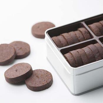 ネーミングが印象的な「あくの強いチョコレートの塩味クッキー缶」。塩味ベースのクッキーにチョコレートの苦みがクセになる味わいです。ほろ苦さと塩気は、大人だからこそ分かるおいしさ。