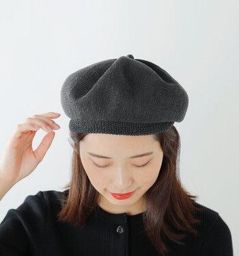 ベレー帽というと秋冬のイメージですが、素材にこだわれば夏もOK。こちらのベレーは、ハリのある清涼感たっぷりのリネン素材を使用し、夏でも蒸れにくく涼しげです。