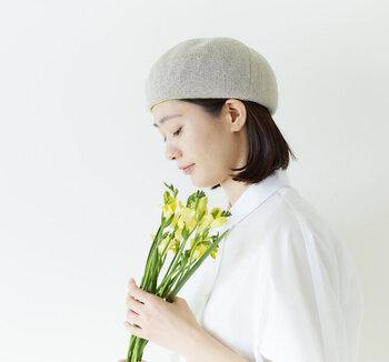 ハリのある綿糸を使用した春夏用ベレー。コロンとした形が可愛らしく、かぶるとキュートでチャーミングな雰囲気に。