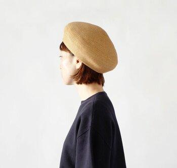 シンプルなペーパーブレードのベレー帽。かぶるとしっくりくるフィット感で、手作業で一つ一つ丁寧に縫製された品質の良さを実感できます。