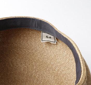 内側には肌当たりが優しいレーヨン素材のテープが取り付けられているから、汗をかいても安心。