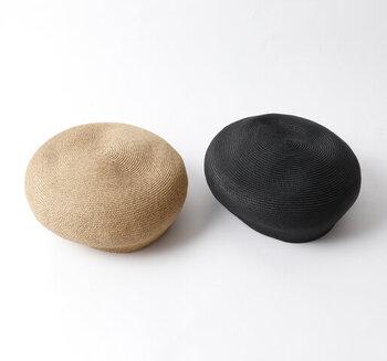 コロンと丸みのある形が特徴的。生成り色はナチュラルな雰囲気に、ブラックはスタイリッシュな雰囲気のコーデにマッチしそうです。