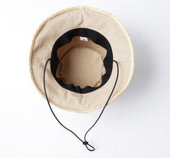 綿素材の首ひも付きなので、アウトドアシーンやフェスなど夏のさまざまなイベントに大活躍。折り畳んでもOKなので、お出かけのおともにバッグの中に忍ばせておいてもいいですね。