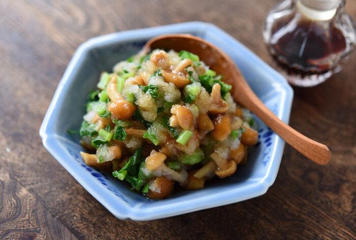 まずご紹介するのは、暑い日にサッパリと食べられる「なめこおろし和え」です。材料も、なめこ、大根、大根やかぶの葉、醤油ととてもシンプルです♪大根やかぶの葉がなければ、ゆでた三つ葉、モロヘイヤ、小松菜、ほうれん草、または刻みネギなどでも美味しくいただけます。