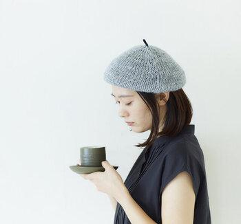 太いリネン糸でざっくりと編み立てた涼しげな春夏ベレー。リネン特有の光沢感がいつものコーデを格上げしてくれます。