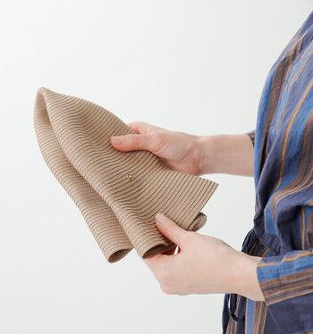 オリジナルの巾着袋に折りたたんで収納できるから、旅行やアウトドアに持ち運ぶのに便利です。