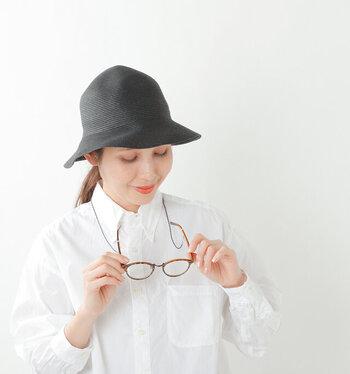 ハットに取り付ける帽子ストラップは、サングラスやメガネの装着も可能。シーンに合わせて使い分けができ便利です。