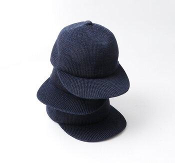 綿と麻で編み立てた、大人の印象のシンプルなキャップ。上品な素材感でカジュアルになりすぎず、大人女性でも着こなしのアクセントに取り入れやすい雰囲気。