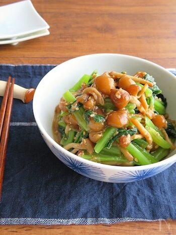 こちらはごま油の風味が食欲をそそる「小松菜となめこの胡麻かつお和え」です。和える前に、なめこと小松菜の水気をしっかりきることがポイントです*
