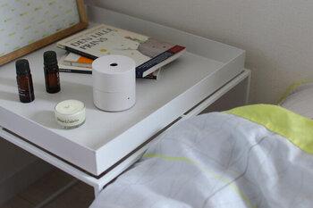 好きな香りに包まれて眠りたい...そんな気持ちに寄り添ってくれる小さなkō(コウ)のアロマディフューザー。直径6.5cm、シンプルなルックスは部屋のインテリアを邪魔しません。コンパクトなので、持ち運びも楽々。枕元に置いておけば、いい夢をみられそうです。