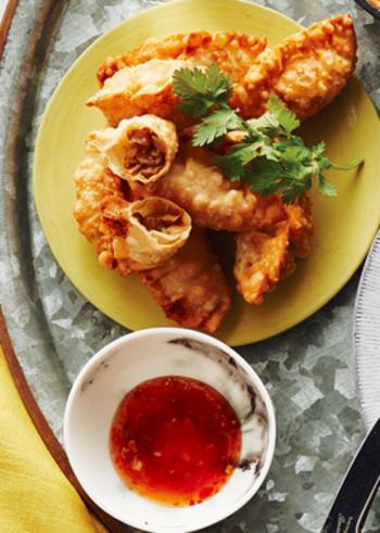 納豆とチーズを具にした、揚げ餃子のレシピです。パクチーとスイートチリソースを合わせてエスニック風に仕上げます。納豆とチーズは共に発酵食品で相性も抜群です♪