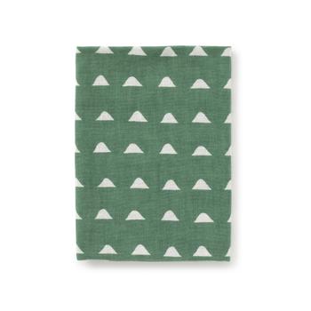 ポケットに収まる使いやすいサイズの手ぬぐいです。タオルのように首に巻くと、汗を素早く吸収してくれます。色や柄のバリエーションが豊富なので、お気に入りの一枚を見つけてください。