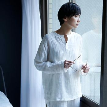 寝苦しい夜の眠りを助けてくれるパジャマ。内側は綿素材で、汗を素早く吸い取ります。外側は水分を発散させる麻素材。耐久性があるので長く愛用できるのも嬉しいポイントです。