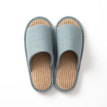 夏は足がベタついて張り付く…そんなお悩みを解決してくれるスリッパです。麻素材で凹凸があるため、サラサラ感を保って履けます。カラーは全3色で、夏らしい涼やかな色合いも素敵♪