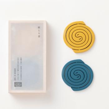 こちらは鮮やかな色と夏らしい香りを楽しめる蚊取り線香です。1巻で約2時間持続するので、使い切りにちょうど良いサイズ。黄色は柑橘の香り、青は海風の香りです。