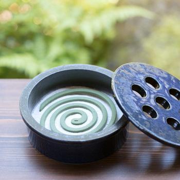 和の雰囲気を感じるシックな見た目が素敵な蚊遣りです。陶器ゆえに安定感があり、丈夫なのが魅力。室内でも屋外でも、色々なシーンで活用できます。